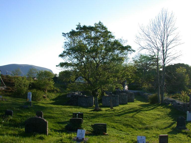 Herøy Gård - gravplassen - kystperla.no